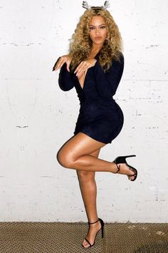 Beyonce poses in very plunging dark blue mini dress with silver antlers and 'Lemonade' tree Estilo Beyonce, Beyonce Style, Beyonce Knowles Carter, Beyonce And Jay Z, King B, Blue Ivy Carter, Destiny's Child, Estilo Fashion, Queen B