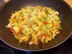 Roergebakken spitskool met paprika en gehakt. Lekker met rijst!