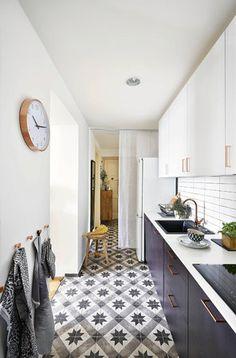 Nyní - Horní skříňky až ke stropu pojmou vše potřebné a díky bílé barvě splývají se zdí i roletou, která zakrývá předsíň.