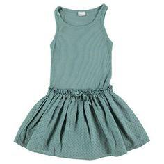 Mouwloze jurk van Búho. Bovenste deel is gemaakt van een fijne rib stof, het rokje heeft een kleine stip in de stof. Tunnelkoord in de taille, sluit met strikje. Geproduceerd...