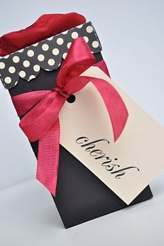 DIY scalloped lid favor box - would be cute for a wine gift bag too!