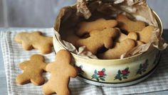 Gingerbread biscuits Ingredients 2 tbsp golden syrup 60g/2¼oz caster sugar 50g/1¾oz butter 3 tbsp double cream ½ tsp ground ginger ½ tsp ground cinnamon 175g/6oz plain flour, plus extra for dusting ½ tsp bicarbonate of soda