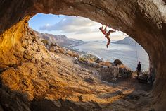www.boulderingonline.pl Rock climbing and bouldering pictures and news Young woman lead cli