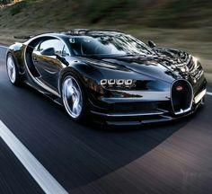 A aceleração de 0 a 100 km/h também impressiona: ela é feita em apenas 2,5 segundos. A velocidade máxima é de 420 km/h – 11 km/h mais rápido que o Veyron. O Bugatti Chiron é 82 milímetros mais comprido, 40 milímetros mais largo e 53 milímetros maior do que o Veyron. Com 1.995 kg, ele também é 155 kg mais pesado.