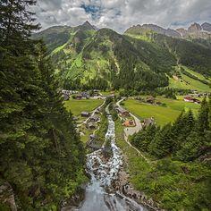 Wasserfall in Gschnitz mit Mühlendorf. Foto von Felix Richter Medium Art, Golf Courses, Mountains, Nature, Travel, Photos, Social Media, Waterfall, Viajes
