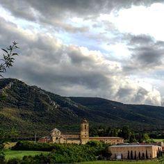 A los pies de Montejurra, en pleno #CaminodeSantiago, se alza majestuoso el Monasterio de Iratxe (By @richardsurfotos - #Instagram)
