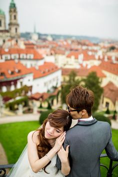couple in prague in their pre wedding photo session by Pelucha