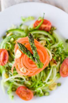 RECETA FÁCIL | Aprende a preparar una ensalada muy saludable, con espaguetis de calabacín y zanahoria, acompañada de una vinagreta de naranja espectacular. Es un plato especialmente rico en fibra y vitaminas.