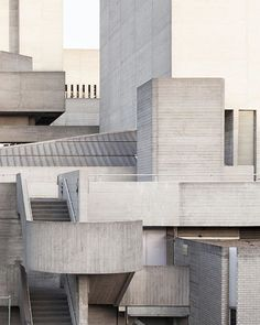 Via _roomonfire The Royal National Theatre in London by the late British architect Sir Denys Lasdun. . . . . . . . #_roomonfire #london #brutalism #brutalist #concrete #royalnationaltheatre #uk #architecture #design #denyslasdun #sirdenyslasdun
