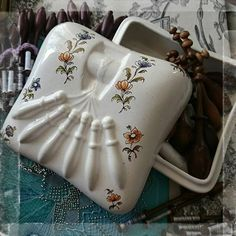 ma collection n ° 801  本日の戦利品✨ ムスティエ焼のBOX ボビンレース台モチーフなの~~(*≧∀≦*)嬉しすぎる出会いに感謝 ムスティエ焼きはプロヴァンスの代表的な陶器でMoustiers Sainte-Marie(ムスティエ サント マリー)という美しい小さな村の伝統工芸品です。 すべて作家さんの手作りです。  #moustiers  #moustierssaintemarie  #ムスティエ焼  #作家さんもの #box #boite #bobinlace #coussinadentllemétier #pillow