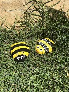 Charming Bumble Bee Painted Rocks Very cute yellow and black painted bumble bee rocks. They are between 3 inches. Painted Rock Animals, Painted Rocks Craft, Hand Painted Rocks, Painted Garden Rocks, Rocks Garden, Garden Pool, Rock Painting Patterns, Rock Painting Ideas Easy, Rock Painting Designs
