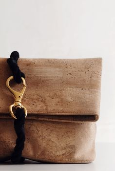 BAG CHET CORK | Rodebjer Diy Leather Clutch, Leather Craft, Leather Purses, Leather Bag, Cork Fabric, Fabric Bags, Cork Purse, Love Clothing, Scrappy Quilts