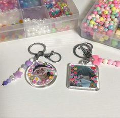 Diy Crafts For Kids, Fun Crafts, Bts Bracelet, Kpop Diy, Beaded Jewelry, Beaded Bracelets, Cute Keychain, Kpop Merch, Pony Beads