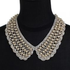 Gola de crochê bege com pérolas e strass  Crochet maxi collar with pearls