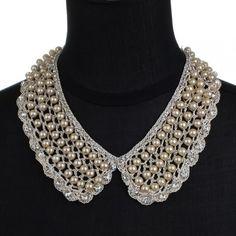 Gola de crochê bege com pérolas e strass  Crochet maxi collar with pearls