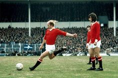 Manchester United's Bobby Charlton and George Best, 1972 Man Utd Squad, Man Utd Fc, Manchester United Legends, Manchester United Players, Match Of The Day, Bobby Charlton, English Football League, Class Games, Coventry City