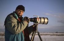 La nature et la photographie c'est l'histoire de deux passions qui se sont conjuguées. Une passion double qui n'allait plus le quitter au point qu'en 1997 il décide d'en faire son métier. C'est le premier grand départ pour l'Alaska et ses ours bruns. Onze ans après trois livres sur les ours ont été publiés. Aujourd'hui Eric Baccega consacre son travail aux espèces menacées. http://www.editionsmilan.com/Livres-Jeunesse/Nos-auteurs/Eric-Baccega