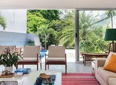 sala-area-de-lazer-poltronas-piso-living-porcelanato-varanda-marmore-travertino-romano-bruto-piscina (Foto: MCA Estúdio/Divulgação)