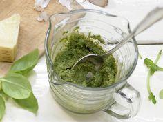 Leichtes Pesto - (Grundrezept) - smarter - Kalorien: 51 Kcal - Zeit: 15 Min. | eatsmarter.de