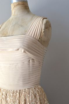 Behind The Seams: 1950′s Pleated Dress by The Carlye Dress Corporation | Coletterie