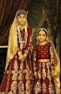 "By Ali Xeeshan's ""The Royal Family Portraits"" ( Mughal Rani: princesses ) - Mundo de la boda Royal Family Portrait, Family Portraits, Indian Attire, Indian Wear, India Fashion, High Fashion, Asian Fashion, Ali Xeeshan, Indie Mode"