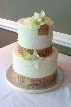 The burlap detail on this two-tier wedding cake is both simple and elegant. #destinationwedding #hiltonhead
