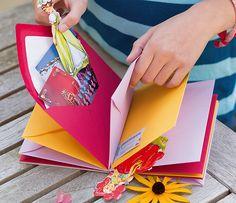 Fotos, Briefchen, getrocknete Blumen – das Erinnerungsbuch  bewahrt zuverlässig kleine Schätze, die du mit deiner Freundin teilst.