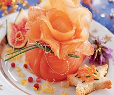 Quick to make, this gourmet and delicate entry will seduce your family during the Christmas dinner. Christmas Dishes, Noel Christmas, Family Christmas, Christmas Recipes, Smoked Salmon, Chefs, Creative Food, Food Presentation, Carne