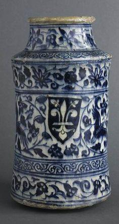 Albarello à décor de fleurs de lys , première moitié du XIVe siècle, Syrie -- Les trois écus semblent être ceux de la ville de Florence, et attestent donc d'une production d'albarelli mamluks particulièrement destinée à l'exportation.