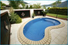 Contemporary small kidney shaped swimming pool designs for small backyard Kidney shaped pool designs come in simple design but give more in function, it's Small Inground Pool, Small Pools, Kidney Shaped Pool, Pool Prices, Pool Cost, Fiberglass Swimming Pools, Pool Picture, Building A Pool