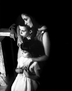 Eve Arnold:  Elizabeth TAYLOR with her daughter on the set of the film BECKET, watching Richard BURTON playing a death scene. UK, 1963.