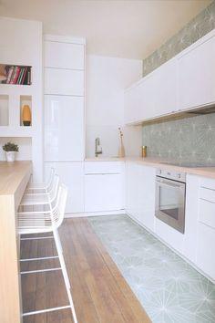 Une cuisine avec des carreaux de ciment graphiques vert d'eau