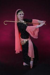 Introducción:  Cada país tiene su baile folklórico. Los campesinos de Egipto, por ejemplo, tiene el baile del bastón. Normalmente los ba...