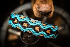 Paracord AlpenWutz with 3 rows Black is still in for the Winter of 2006 Black is back and bigger tha Paracord Bracelet Designs, Paracord Projects, Paracord Bracelets, Paracord Ideas, Paracord Dog Leash, Paracord Braids, Paracord Tutorial, Rope Jewelry, Jewelery