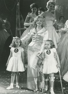 Fred Morgan - Marilyn Monroe - January 28 1958 - with March of Dimes poster children, Linda Lou and Sandy Sue, at the Annual March of Dimes Fashion Show at the Waldorf Astoria Old Hollywood, Hollywood Actresses, Divas, Marilyn Monroe Photos, Actrices Hollywood, Norma Jeane, Celebs, Celebrities, Up Girl