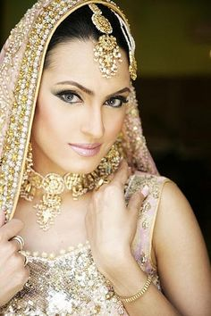 Indian Bridal Makeup and MAtching Jewelry Luxurious look 1 Pakistani Bridal Makeup, Indian Bridal Wear, Asian Bridal, Bride Indian, Bridal Lehenga, Lehenga Choli, Bridal Tips, Bridal Make Up, Moda Indiana