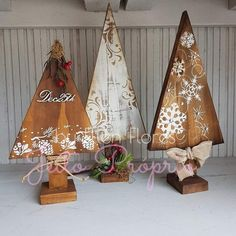 Wooden Christmas Crafts, Pallet Christmas Tree, Rustic Christmas, Christmas Projects, Christmas Art, Holiday Crafts, Christmas Holidays, Christmas Ornaments, Wooden Christmas Decorations