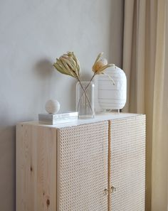 These Decoration Items Reflect the Minimalist Style - Ikea DIY - The best IKEA hacks all in one place Eco Furniture, Furniture Makeover, Furniture Design, Furniture Removal, Furniture Online, Rustic Furniture, Luxury Furniture, Vintage Furniture, Bedroom Furniture
