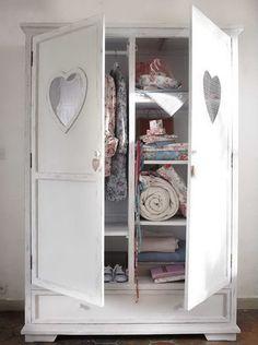 Witte kast voor een #meisjeskamer in landelijk #romantische stijl met hart op deuren