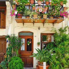 Urban flower jungle. Ich bin verliebt in diese Insel, in die kleinen und großen Orte, die Menschen und ihren Hang zu Pflanzen und Blumen... überall!  #griechenland #crete #kreta #rethymno #greece #bineaufkreta