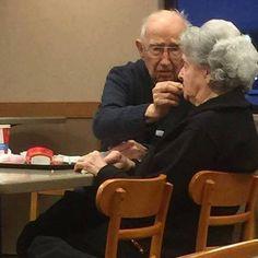 Cette photo a été prise dans un fast food aux États-Unis.   Alors qu'un homme donne à manger à son épouse, une personne observe la scène d'un oeil attendri et décide de les photographier.   Elle va leur parler et apprend que ce monsieur a 96 ans et qu'il prend soin de sa femme, 93 ans, qui est atteinte de la maladie d'Alzheimer.   Ils s'offrent une petite sortie en amoureux. Au mois de juin prochain, ils fêteront leurs 75 ans de mariage ! Ils auront passé toute leur vie ensemble.