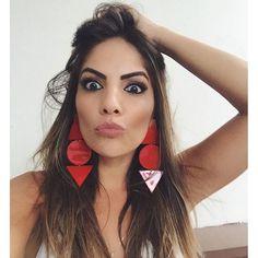 #mulpix E esse brinco maravidjosoooooo também da @vitzatelie Brincos de acrílico voltaram com tudo este ano, e com diversas cores e modelos deixando os looks divertidos e coloridos! #InLove #Acessorios #red #Look