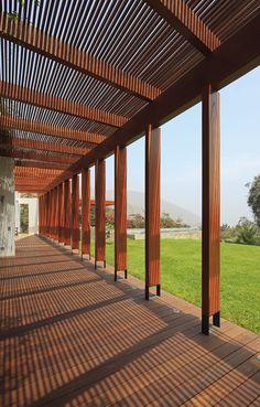 PÉRGOLAS.  Elementos ornamentales que tienen como función jugar con la luz solar, aparte de ser estéticas.