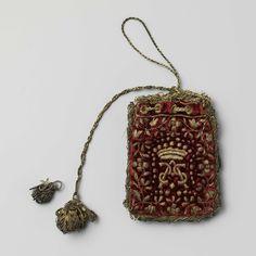 Buideltje van wijnrood fluweel, geborduurd in gouddraad met bloemenslingers, kroon en het monogram A.S., anoniem, 1600