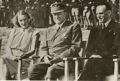 Vidkun Quisling med major Trygve Gran og frue. Fra Verdølatun? ved Bakketun. Fra Nasjonal Samlings 10 års markering og landsstevne på Stiklestad 29. juli 1944
