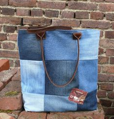 gk kreativ: Upcycling Jeans Patchworktasche -  DIY Ledertrageg... Bradley Mountain, Upcycle, Jeans, Backpacks, Diy, Fashion, Scrappy Quilts, Upcycling Ideas, Sewing Patterns