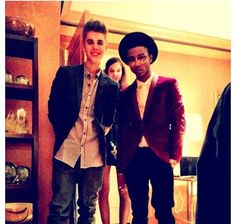 """Since Selena isn't gonna say anything (She tweeted this pic with a """"......""""), I'll say it for her! """"WHAT THE HECK IS THAT CRAZY BARBARA PALVIN - SHE'S AN UGLY VICTORIA'S SECRET MODEL BY THE WAY - DOING PHOTOBOMBING MY BOYFRIEND'S PICTURE WITH HIS FRIEND WITH THE COOLEST AFRO EVER?!?!?!? JK! Justin is just replying to my pics and tweets of me and Gregg. I <3 you Justin!"""" JK! Selena knows Justin and them are forever!!! <3 