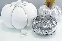 moebel selbstgemacht How to decorate a pumpkin and make it look like it is made with mirrors without using a single mirror Here in this tutorial I explain to you how you can make it. Dollar Tree Pumpkins, Fake Pumpkins, Plastic Pumpkins, Glitter Pumpkins, Glass Pumpkins, Pumpkin Planter, Pumpkin Vase, Diy Pumpkin, Pink Mason Jars