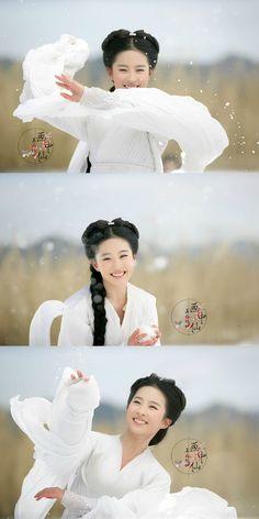 The Return of the Condor Heroes TV series) 《神雕侠侣》 - Huang Xiaoming, Liu Yifei, Wang Luoyong, Kong Lin, Yang Mi Chinese Makeup, Chinese Movies, Dance Choreography, Ancient Beauty, China Girl, Chinese Actress, Portraits, Chinese Culture, Hanfu
