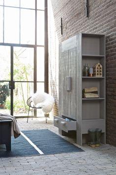 KARWEI   Bij een opgeruimd huis hoort een mooie kast! Plaats jouw accessoires die gezien morgen worden in de opbergvakken aan de zijkant. #woonwekenbijkarwei